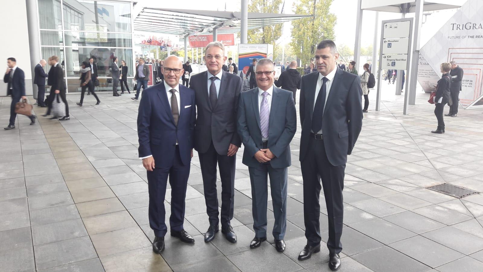 Pokrajinski sekretar za energetiku, građevinarstvo i saobraćaj Nenad Grbić sa direktorom Minhenskog sajma i saradnicima